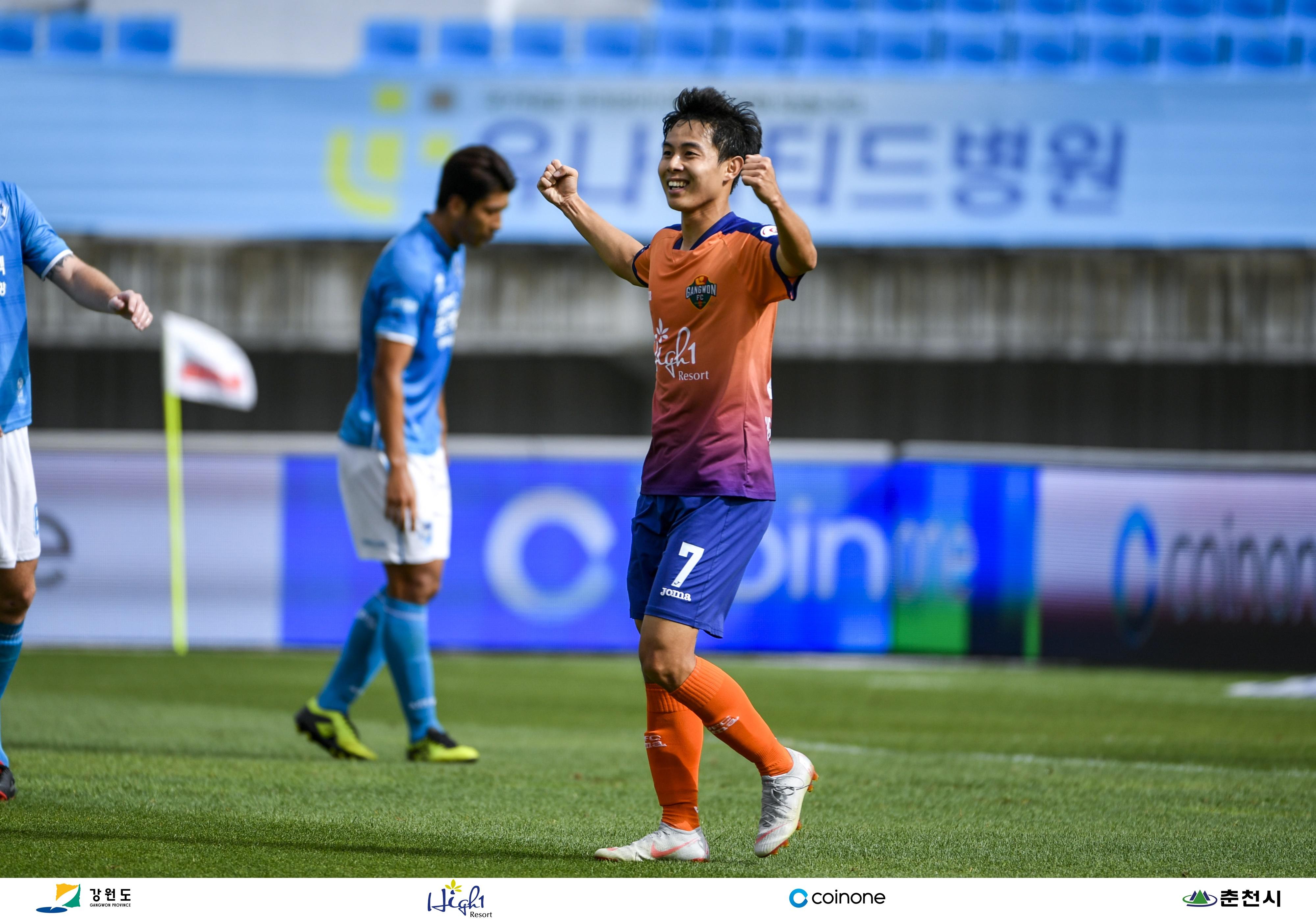 강원FC, '우중혈투' 포항과 1-1 무승부…리그 6위 사수