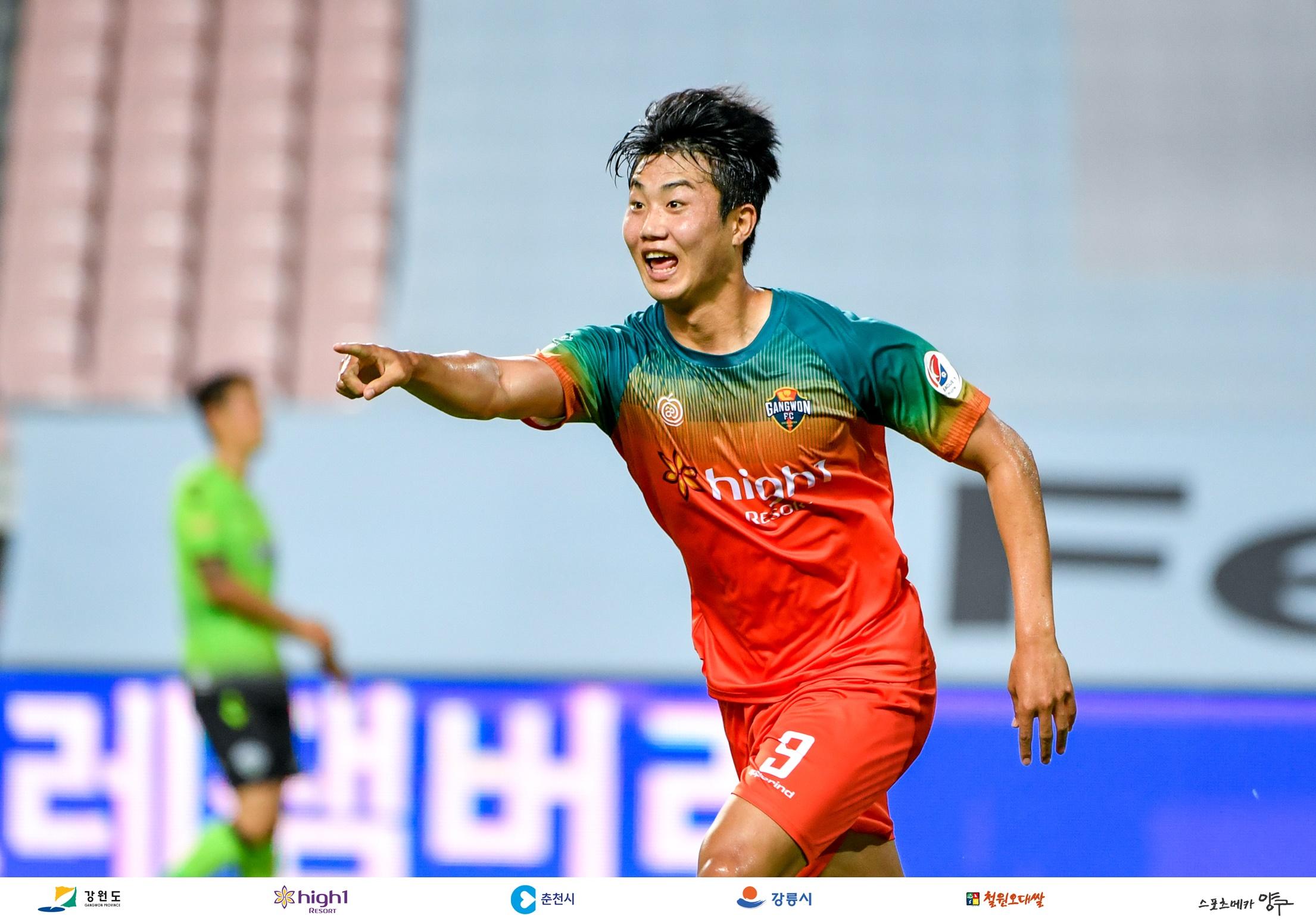 '김지현 멀티골' 강원FC, 전북 꺾고 6위 도약